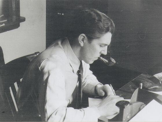 Bildet kan inneholde: frakk, svart og hvit, stol, skrivebord, tjenestemannarbeider.