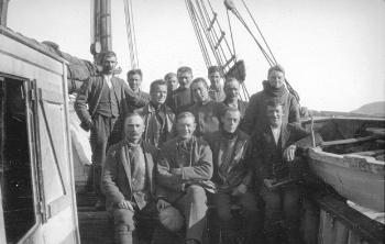 "The list of participants in the expedition was finalised in spring 1921 and included experts in geology, meteorology, zoology and biology, in addition to the crew of the ""Blaafjell"". Front row, from the left: Ole T. Grønlie (cand.real., teacher in Tromsø, geologist), Olaf Holtedahl (PhD, professor at UiO, expedition leader, geologist), Bernt Lynge (PhD, senior lecturer at UiO, botanist), Reidar Lund (photographer). Second row, from the left: Nils H. Straumsnes (captain of the ""Blaafjell""), Reidar Tveten (medical student, zoological assistant, to act as a doctor), Fridthjof Økland (cand. real., senior lecturer at the Agricultural College in Ås, zoologist), Hagbart Pedersen (crew), Brynjulf Dietrichson (graduate engineer, assistant geologist, topographer, meteorologist). Third row, from the left: Ole Mathiassen Mo (crew), Olaf Johansen Skog (crew), Johan Olsen Storli (crew), Arthur Amundsen (crew). The picture was taken by the expedition's final participant: Reidar Holtedahl (teacher, geological assistant)."