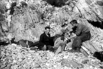 The last stop in Novaya Zemlya was at the Gribovii Fjord. In this picture, three of the expedition participants are enjoying a coffee break in the lee of a rock face.