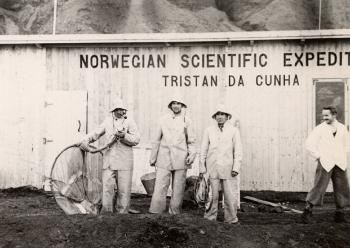 The research station was operational after only 14 days. Now the research work could start in earnest! Eggesvik is third from the left in this photograph. It is very difficult to identify the expedition participants in some of the photographs, as they let their hair and beards grow, and several experimented with moustaches during their time on the island.