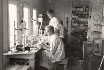 The medical scientist Sverre Dick Henriksen and his assistant Per Oeding working in the laboratory. The islanders had exceptionally good health, with virtually no serious diseases, and the most common causes of death were old age and accidents. This was a very exciting starting point for medical research.